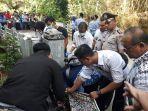polisi-membawa-jasad-bayi-yang-ditemukan-di-tumpukan-sampah-rt-2-rw-8-dukuh-ngaduman.jpg