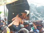 polisi-membawa-puluhan-orang-yang-menggeruduk-pt-bpr-adipura-santosa-di-jalan-vet.jpg