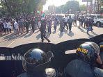 polisi-membubarkan-massa-aksi.jpg