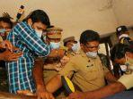polisi-menahan-sooraj-kumar-dua-dari-kiri-india-sffg.jpg
