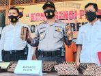 polisi-menunjukkan-barang-bukti-cap-batik-yang-dicuri-saat-gelar-perkara-di-mapolse.jpg