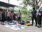 polisi-menunjukkan-barang-bukti-di-lokasi-penangkapan-terduga-teroris.jpg