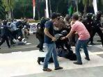 polisi-saat-mengamankan-demo-hut-kabupaten-tangerang-banting-mahasiswa-ggj.jpg