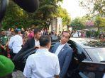 presiden-jokowi-meninggalkan-lokasi-pembagian-sembako.jpg