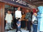 presiden-republik-indonesia-joko-widodo-bersama-jan-ethes-saat-di-rumah-makan-mbah-karto.jpg