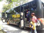 puluhan-mahasiswa-asal-papua-di-kota-solo-saat-akan-berangkat-dalam-a.jpg