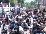 ratusan-buruh-yang-tergabung-dalam-federasi-serikat-pekerja-metal-indonesia.jpg