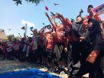 ratusan-siswa-sdn-4-joho-sukoharjo-saat-menghelar-aksi-doa-bersama-untuk-bj-habibie.jpg