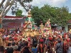 ratusan-warga-saat-berebut-gunungan-di-karnaval-grebek-penjalin-iv-2019.jpg