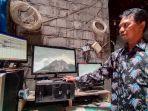 relawan-agus-sarnyata-memantau-aktivitas-gunung-merapi.jpg