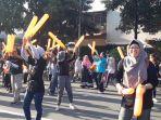 relawan-demokrasi-saat-menyanyikan-jingle-pemilu-di-cfd.jpg