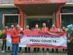 relawan-ea-saat-menyerahkan-bantuan-apd-ke-satgas-covid-19-sukoharjo-di.jpg