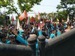 ribuan-mahasiswa-yang-melaksanakan-demo-di-depan-gedung-dprd-solo.jpg