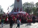 ribuan-siswa-sd-di-solo-mengibarkan-bendera-merah-putih-di-monumen-45-banjarsari-3_20160812_094254.jpg