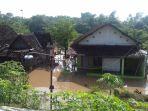 rumah-warga-di-kelurahan-sewu-jebres-solo-yang-kebanjiran-selasa-29112016_20161129_093817.jpg