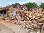 rumah-warga-yang-dibongkar-di-lahan-eks-hp-16-kelurahan-mojo.jpg