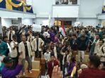 sejumlah-mahasiswa-garut-yang-menggelar-unjuk-rasa-menduduki-ruang-paripurna-dprd-garut.jpg