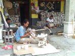 sejumlah-pekerja-sedang-membuat-furnitur-dari-rotan-di-desa-trangsan-gatak-sukoharjo.jpg