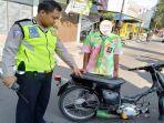 seorang-anggota-polisi-saat-menindak-kendaraan-berknalpot-brong-senin-1352019.jpg