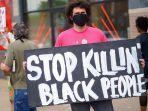 seorang-lelaki-memegang-plakat-stop-killing-black-people-ketika-memprotes.jpg