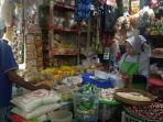 seorang-pedagang-dan-seorang-pembeli-di-pasar-ir-soekarno-sukoharjo-jumat-352019.jpg
