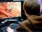 seorang-pengunjung-bermain-game-online-world-of-warcraft.jpg