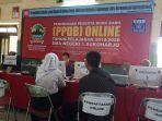 seorang-wali-muridndan-murid-saat-mendaftar-ppdb-online-di-sman-1-sukoharjo-selasa-272019.jpg