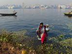 seorang-wanita-bangladesh-sedang-mengambil-air-yang-terkontaminasi-dari-sungai-buriganga_20170505_151753.jpg