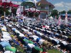 simpatisan-sholat-dzuhur-berjamaah-di-tengah-kampanye-akbar-prabowo-sandi-di-solo.jpg