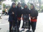 siswa-smp-al-islam-solo-melakukan-aksi-memungut-sampah_20170312_104941.jpg