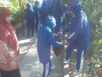 siswa-smp-muhammadiyah-1-simpon-surakarta-bersih-bersih-memungut-sampah_20170512_124508.jpg