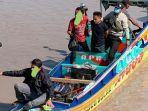 speedboat-mini-saat-diperiksa-petugas-bnnp.jpg