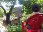 sri-maryati-melihat-rumahnya-yang-kebanjiran-selasa-29112016_20161129_120007.jpg