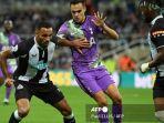 striker-inggris-newcastle-united-callum-wilson-dan-bek-tottenham-hotspur-spanyol-sergio-reguilon.jpg