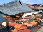 suasana-bangunan-pasar-apung-desa-tulehu-yang-roboh-akibat-gempa-bumi.jpg