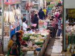 suasana-transaksi-jual-beli-di-pasar-gede-kelurahan-sudiroprajan.jpg