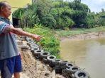 sukidi-menunjukkan-bagian-rumahnya-amblas-akibat-tergerus-arus-sungai.jpg