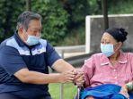 susilo-bambang-yudhoyono-saat-menemani-istrinya-ani-yudhoyono.jpg