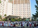 syariah-hotel-solo-saat-menggelar-salat-idul-fitri-1437-h-2016_20170617_174149.jpg