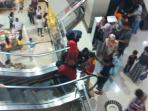 tampak-pengunjung-berkerumun-di-eskalator-lantai-2-solo-paragon-mall-1_20160707_140917.jpg