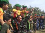 tentara-menggendong-siswa-sd-tni_20181005_121432.jpg