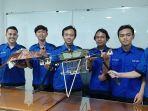 tim-aerobo-ums-saat-menunjukan-drone-hasil-karyanya-di-kampus-ums.jpg