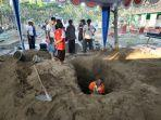 tim-penggali-tengah-menyiapkan-pemakaman-di-tpu-sasonoloyo.jpg