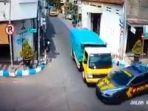 truk-tabrak-mobil-polisi.jpg