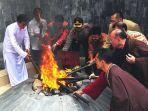 umat-buddha-melakuan-ritual-pengambilan-api-dhamma-tri-suci-waisak-2562-be-2018.jpg