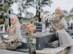 viral-foto-wanita-berbaju-pengantin-di-atas-makam-tuai-hujatan-begini-cerita-sebenarnya.jpg