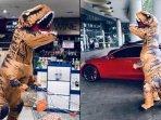 viral-video-seseorang-mengenkan-kostum-t-rex-berbelanja-di-mall.jpg