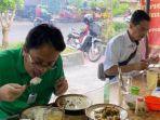wakil-menteri-perdagangan-jerry-sambuaga-mencoba-langsung-aturan-makan-di-warung.jpg