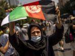 wanita-afghanistan-yang-tinggal-di-yunani-memegang-bendera-afghanistan.jpg