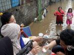 warga-beraktivitas-di-tengah-genangan-banjir-di-kawasan-kampung-pulo.jpg